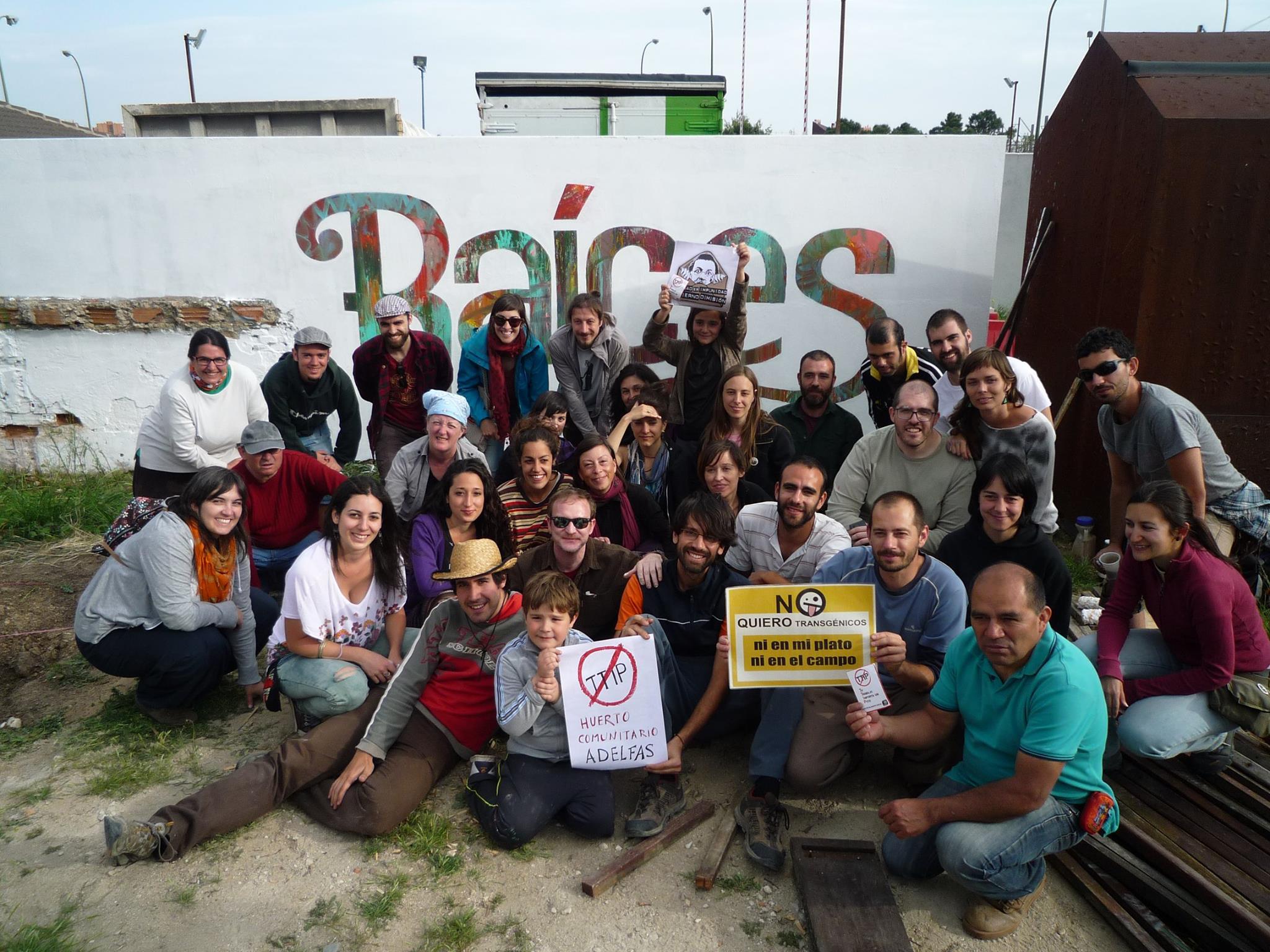 Conectando el huerto con el mundo. Acción contra el TTIP en el huerto comunitario de Adelfas. Fotografía: Manuel Muñoz
