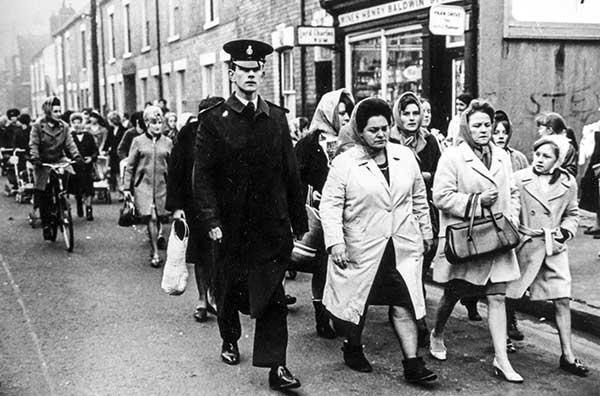 Las Revolucionarias del Pañuelo, lideradas por Lillian Bilocca, protestan ante los armadores después de una triple tragedia que devastó a la comunidad pesquera de Hull en las tres primeras semanas de 1968.